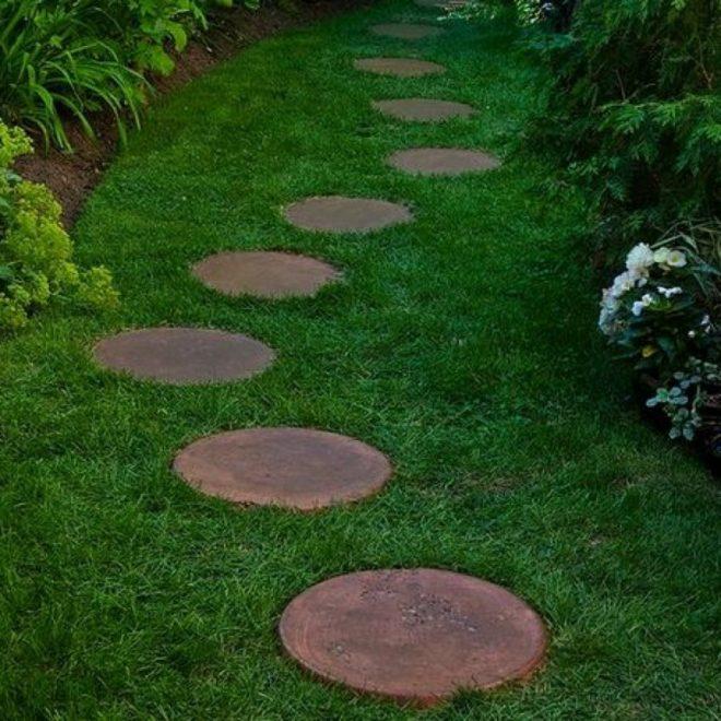 Садовая дорожка из пеньков на газоне
