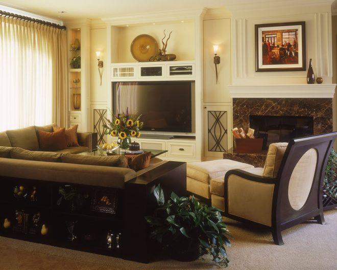 Небольшая гостиная с камином и телевизором