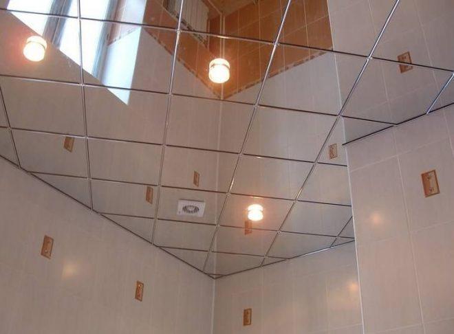 Зеркальный потолок в санузле