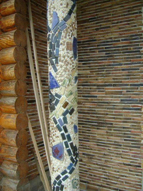 Столб, украшенный мозаикой